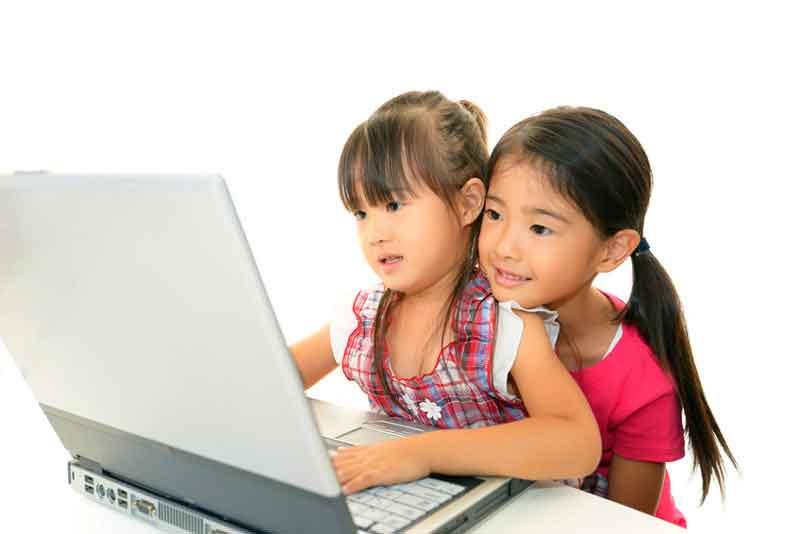 オンラインスクールを受講する姉妹