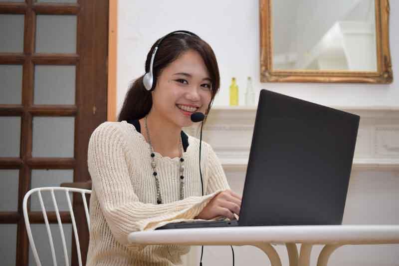 パソコンでレッスンを受講する女性