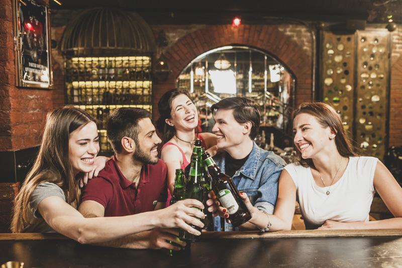 お酒を飲むグループ