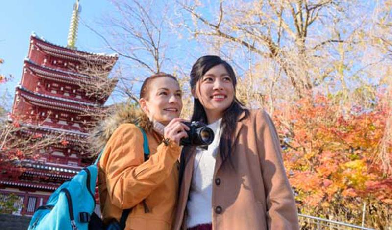外人女性を案内する日本人