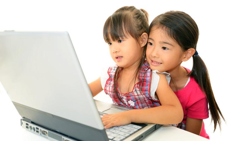 オンライン英会話を受講する子供達