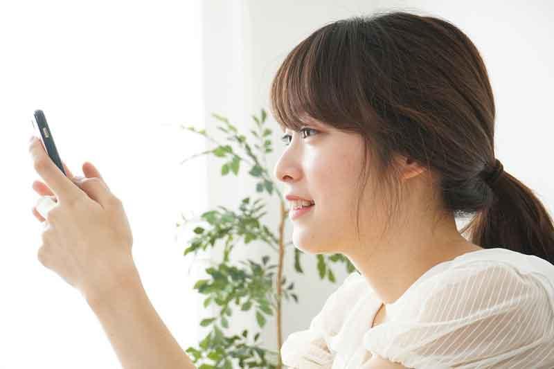 iPhoneで練習する女性